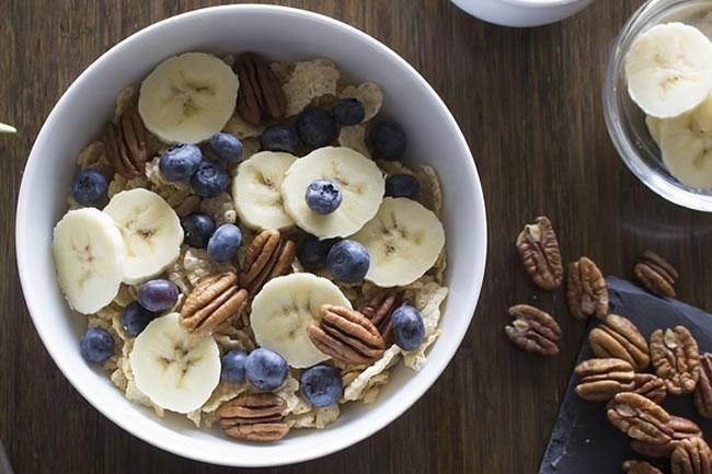 Un bol de desayuno con plátanos y frutos secos