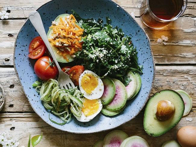 Un bol de ensalada te hará calmar la ansiedad de comer