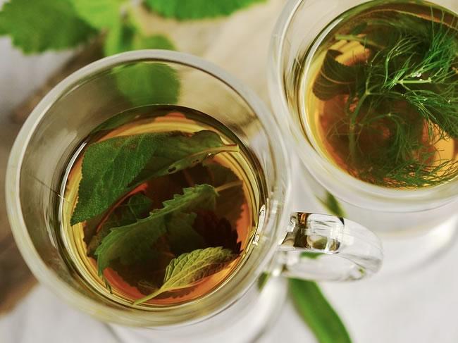El té verde y las infusiones son un buena bebida para calmar la ansiedad de comer