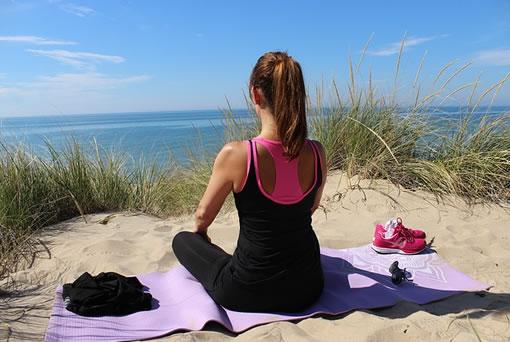 Practicando ejercicios al aire libre para adelgazar la barriga