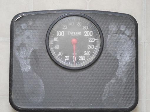 Una báscula o balanza para controlar el programa de pérdida de peso