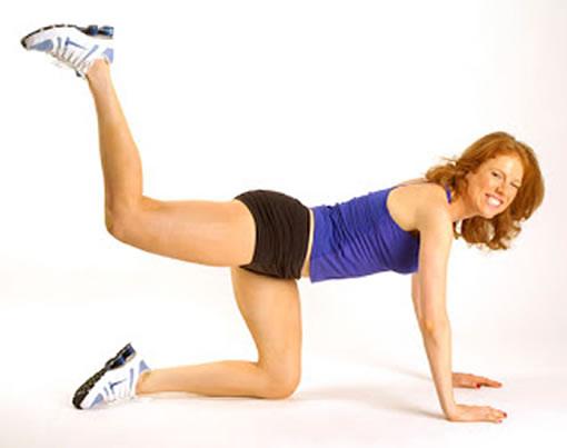 Ejercicio patadas para fortalecer muslos y prevenir la celulitis