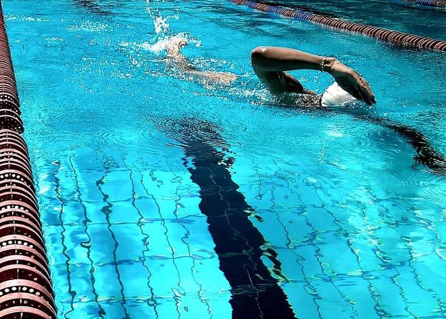 Una nadador en la piscina haciendo uno de los ejercicios aeróbicos más completos