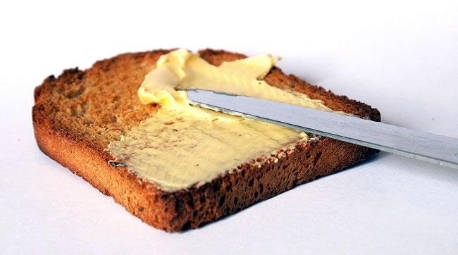 Una tostada con mantequilla, aunque es preferible usar aceite de oliva extra virgen en la dieta
