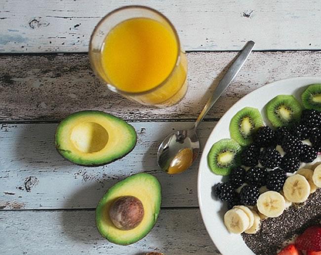 Una ensalada y aguacate para el desayuno tiene grande beneficios