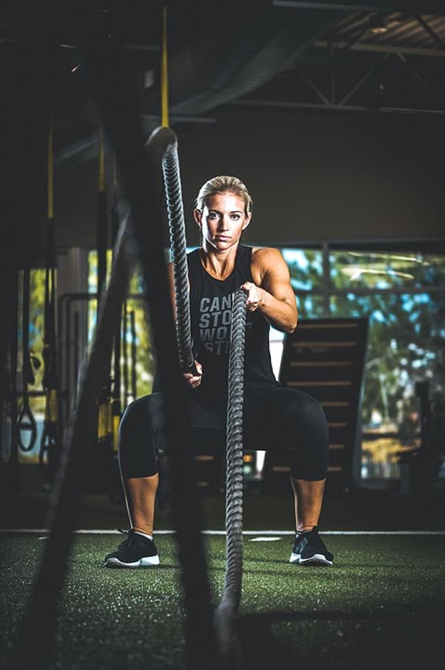 Realizando ejercicios aeróbicos en el gimnasio