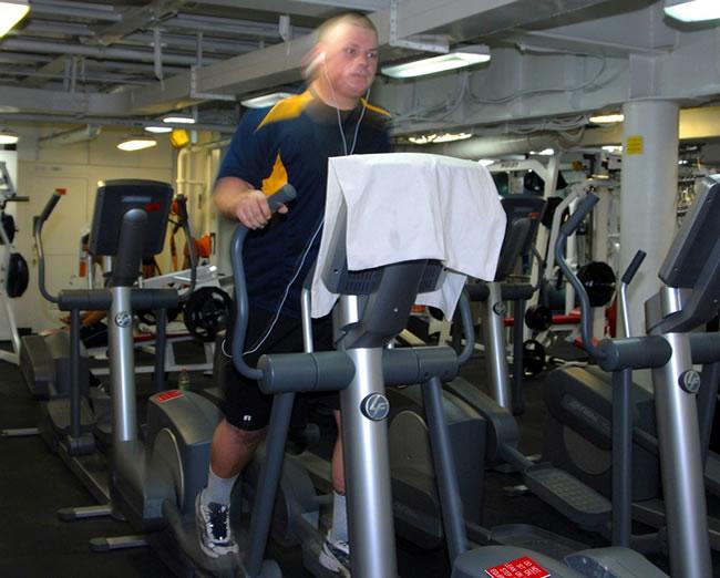 Haciendo entrenamiento con bicicleta para bajar de peso y adelgazar
