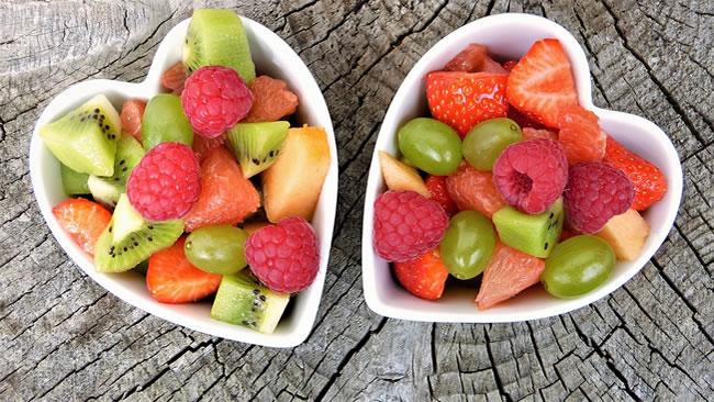 Dos bol con alimentos crudos y frutas