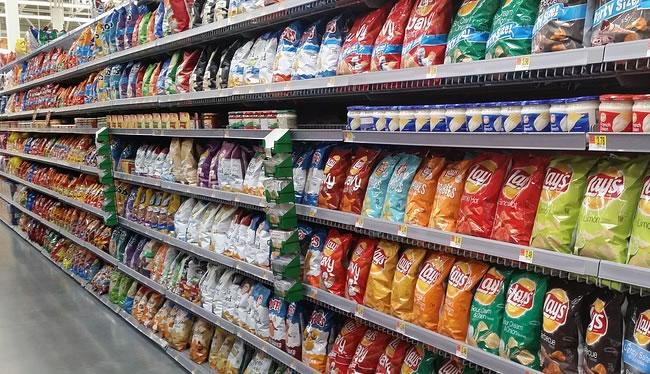Lineal del supermercado con patatas fritas