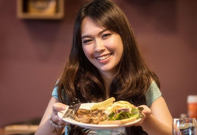 Comer sano con carnes magras y legumbres e la dieta diaria