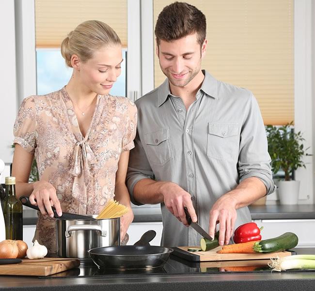 Una pareja prepara legumbres y verduras para comer sano