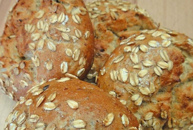 Unos bollitos de pan con avena su una buena opción