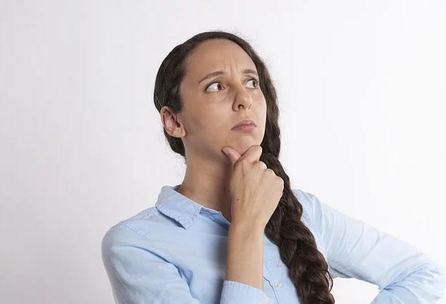 Una chica piensa en el ayuno intermitente