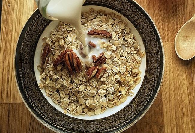 Un plato de cereales de avena y leche