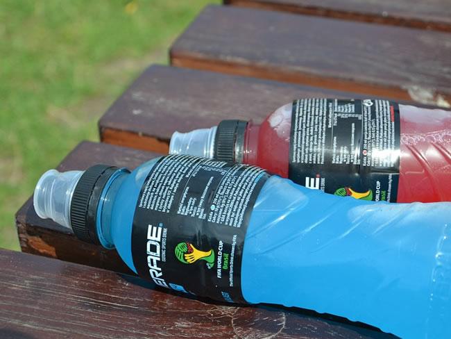 Bebidas en un banco del parque