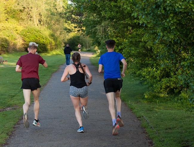 Grupo de personas intenta perder peso corriendo