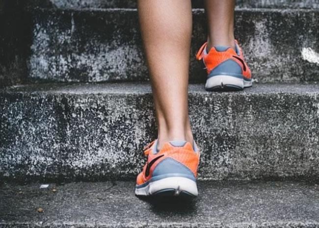 Un joven trata de correr sin cinta y subir escaleras