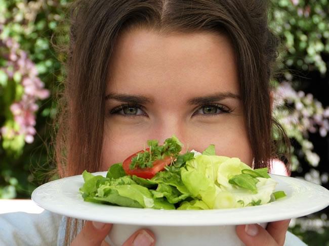 Comer poco por la noche y ensaladas es beneficioso