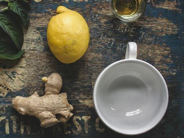 Agua con limón y jengibre