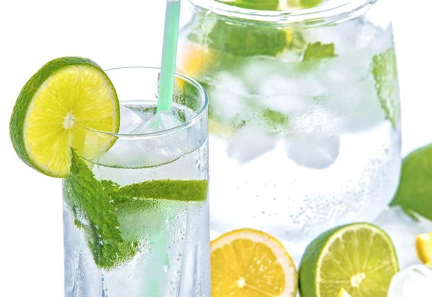 Sirviendo la limonada en un vaso