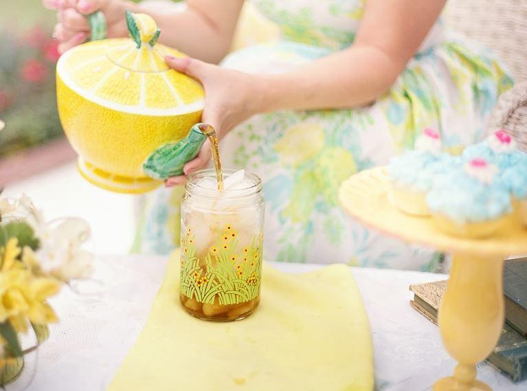Preparando la limonada caliente para adelgazar