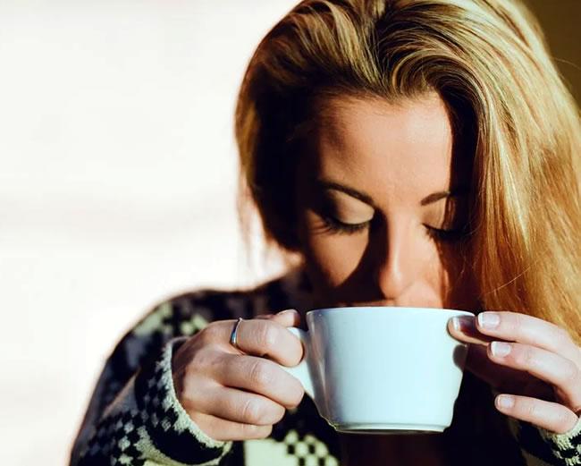Una mujer toma té de canela para adelgazar