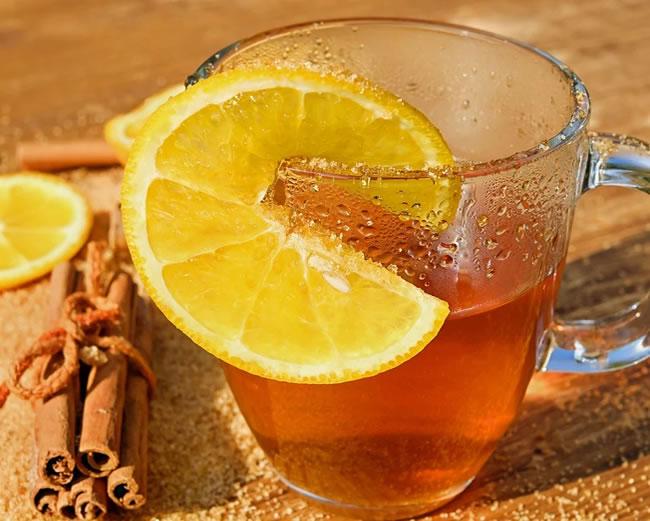 Una taza de té de canela con limón